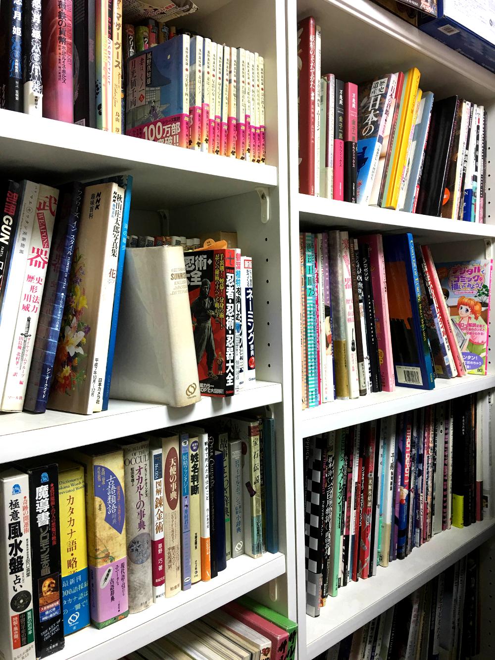 写真の本棚は中板がたわまないよう特注で厚い板にしてもらった自慢の逸品!